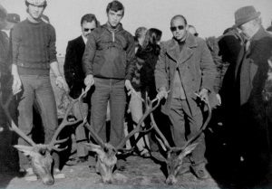 Monteros junto a sus trofeos de caza